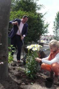 Wethouders Borsboom en Van der Meij helpen met planten.